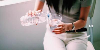 水を飲む前に注意!夏場、1日経った飲みかけ水は雑菌がいっぱい